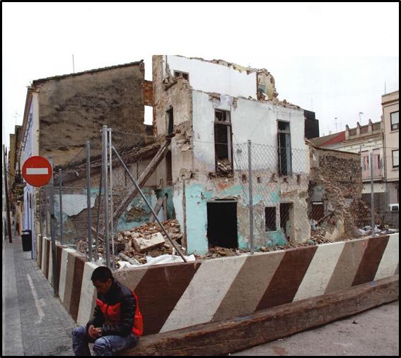 """Figura 3. Imagen de derribos en la """"Zona Cero"""" (izquierda).Figura 4. Fotografía, Manifestación contra Derribos (derecha)."""