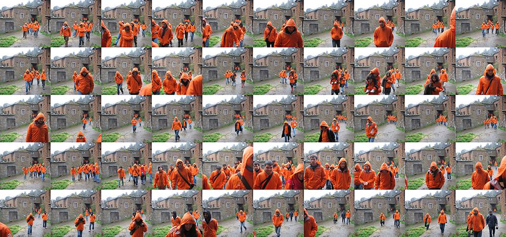 Figura 25. Corriente naranja. Participantes del pH02 recorriendo las calles de Argul, pH02_Valle de Navia, Asturias. 2007.