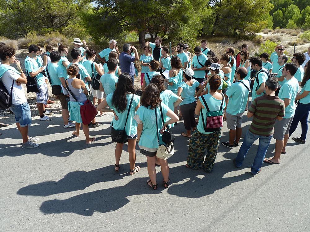 Figura 28. Participantes del taller pH08 intercambiando información con  ciudadanos de Alfas del Pí, Alicante. 2011.