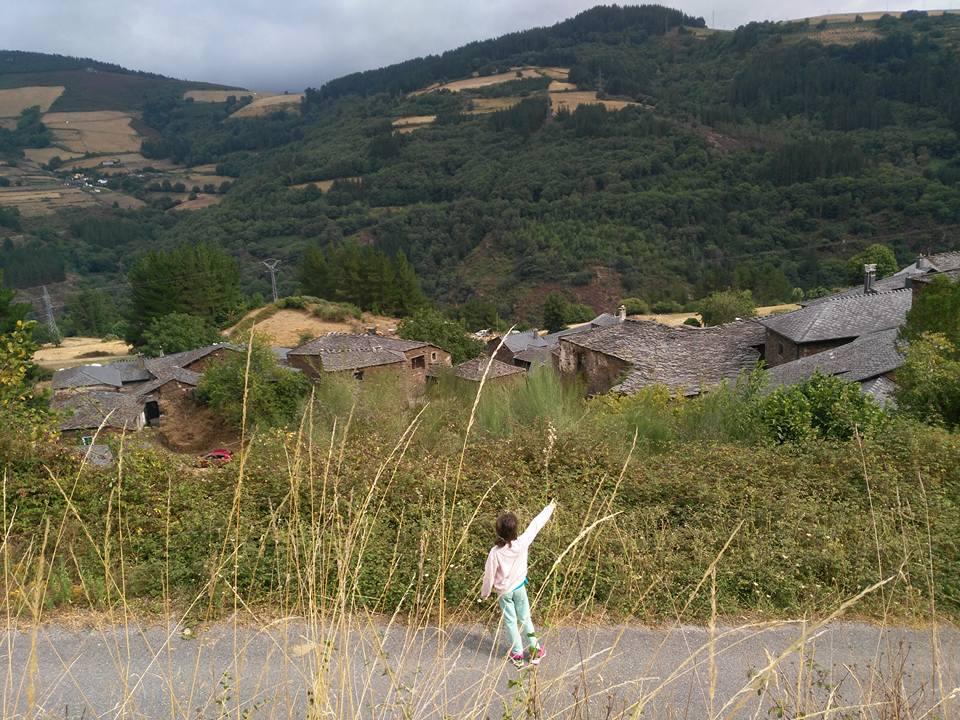 Figura 29. Nuestra hija contemplando el Valle de Navia 10 años después del pH02. 2017.