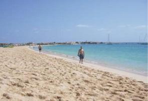 Figura 1. Playa en la Isla de Sal (izquierda) Figura 2. Paisaje litoral en la Isla de Boa Vista (derecha)