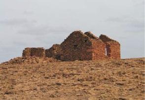 Figura 3.Casa en ruinas en Curral Velho (izquierda) Figura 4. Camino a través de una población (derecha)
