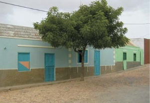Figura8. Calle de Bofareira (izquierda) Figura 9. Falta de color en los edificios y acabados sin enlucido (centro) Figura 10. Trama urbana de Bofareira