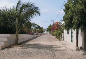 Figura 13. Una de las calles principales (izquierda) Figura 14. Trama urbana de Fundo das Figueiras (derecha)