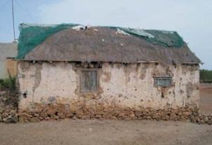Figura15. Casas en mal estado de conservación (izquierda) Figura 16. Viviendas alineadas en una de las calles (centro) Figura17. Trama urbana de Cabeço dos Tarafes(derecha)