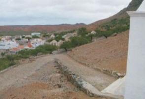 Figura 18. Vista del casco antiguo desde el pico Estância (izquierda) Figura 19. Trama urbana de Povoaçao Velha (derecha)