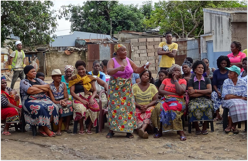 Figura 5. Reunión comunitaria en Chamanculo C, 2017. Fuente: Arquitectura Sin Fronteras. Fotografía de Silvia Scholl, ASF.