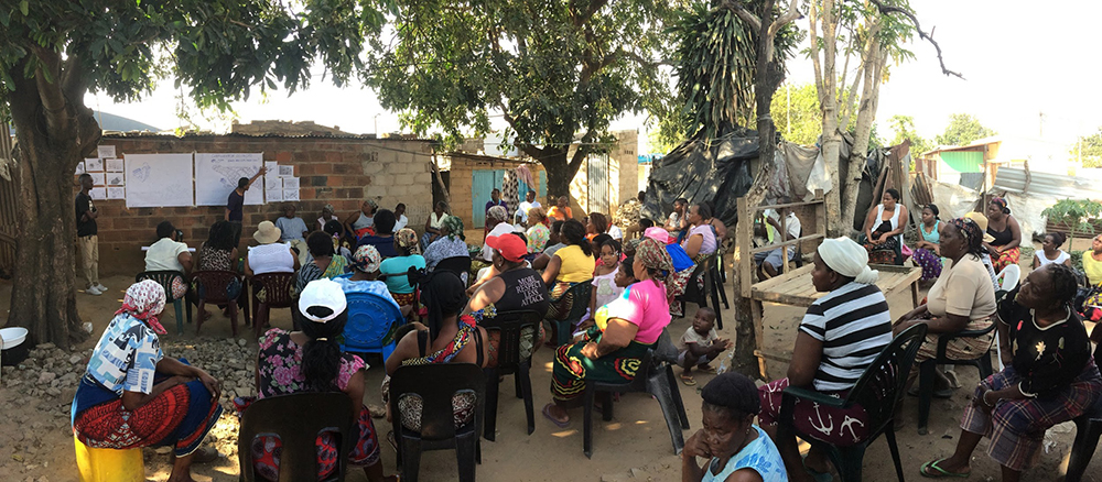 Figura 14: reunión participativa en Chamanculo, octubre de 2017. Los miembros de la comunidad expresan su opinión y sus ideas acerca del futuro de su barrio. Fotografía: Sara Márquez Martín ASF