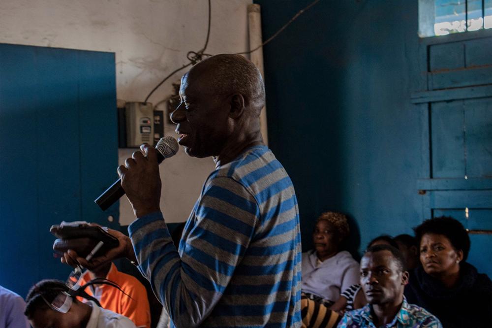 Figura 18: Un vecino de Chamanculo toma la palabra durante el transcurso de un debate radiofónico con Radio Maxaquene, en agosto de 2018. En estos debates, los miembros de la comunidad reflexionan sobre cuestiones relacionadas con el barrio y la tenencia de la tierra. Fotografía de Celia Márquez de ASF.