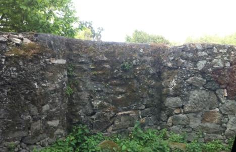 Figura 10. Muro del Pazo de Quiñones de León, frente al ámbito, pista forestal y senderos naturales
