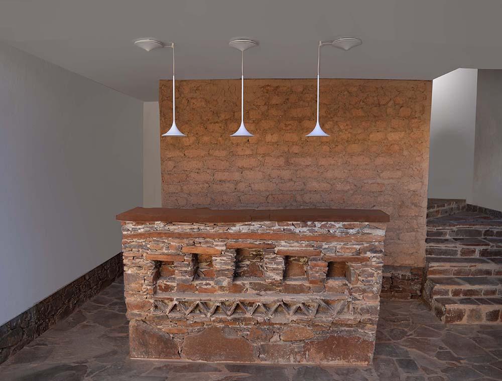 Figure 21 : Vue intérieure du bâtiment du centre des archives. La pierre et la terre sont partiellement laissées apparentes pour faire manifeste et montrer l'importance des mises en oeuvre vernaculaires. Salima Naji ©.