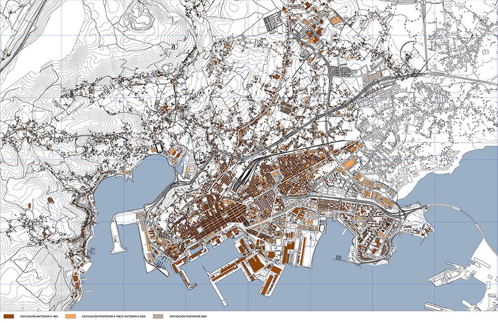"""En lo que se refiere a la evolución demográfica del Área Urbana de Ferrol, mientras que el municipio de Ferrol experimenta una disminución progresiva de población a lo largo del período 1981-2014, que da lugar a una notable pérdida de representación en el conjunto, pasando de representar el 63% de la población total del área urbana en el año 1981 al 55% en el año 2014; el municipio de Narón  incrementa progresiva y extraordinariamente su población y, consecuentemente, su participación en el conjunto den área urbana, pasando de representar el 18% en el año 1981 al 11% en el año 2014.  En este contexto, la ciudad de Ferrol mantiene una estructura urbana caracterizada por la ausencia de un centro claro según el modelo radial o radiocéntrico, en la que el crecimiento, de componente lineal, configuró una trama urbana compuesta por la sucesión de barrios, de gran heterogeneidad entre sí, en la que se entremezclan los de marcado carácter unitario con otros de trazos más difusos, resultado de pequeños proyectos de ensanche o, en la mayor parte de las veces, de la urbanización y ocupación espontánea sobre estructuras de origen rural. El modelo de ordenación establecido por el Plan General de 2000 que ahora se revisa, parte de la existencia de la ciudad de Ferrol como un espacio continuo y construido por paquetes de características homogéneas y consolidadas a lo que se le anexan, con una vocación de compleción por extensión y acabado urbano, determinados sectores que constituyen la transición de la ciudad a su territorio municipal de influencia. Esta estructura de directriz longitudinal, en el sentido oeste-este de las infraestructuras de comunicación, se fue consolidando en los años de vigencia del Plan General en la """"entroterra"""" del área Urbana en un proceso de desborde del confinamiento administrativo en el contiguo Término Municipal de Narón."""